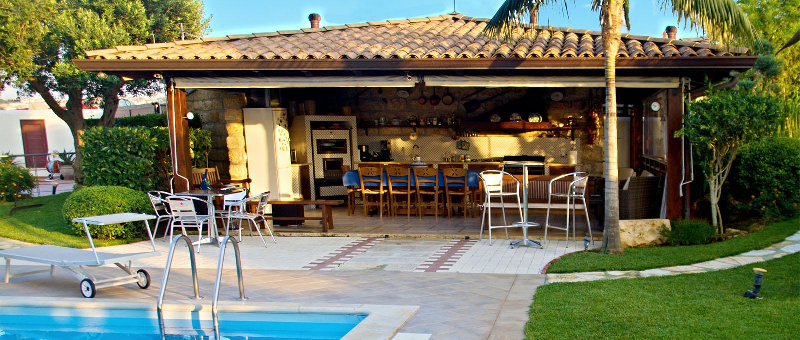 slide n.3 villa palme esterno con piscina e cucina-zoom