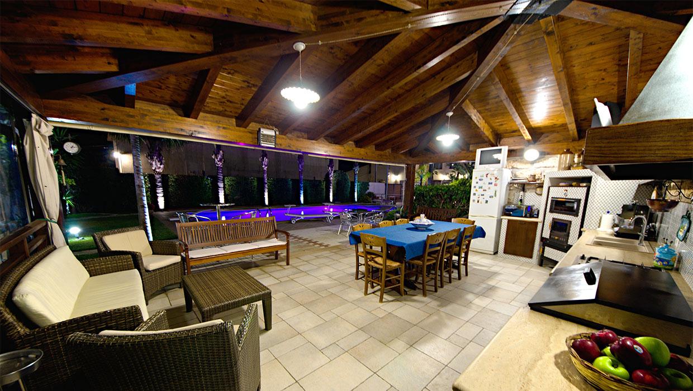 villa palme cucina vicino piscina notturna